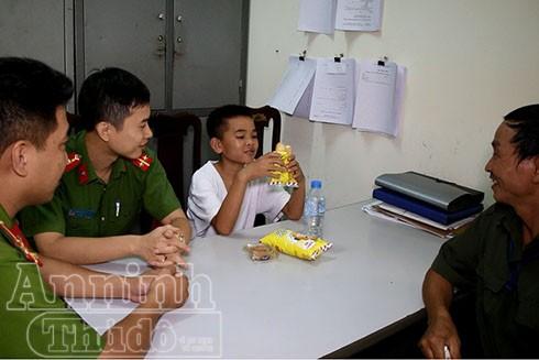 Cậu bé Giá cười tươi bên các CBCS CAP Hạ Đình