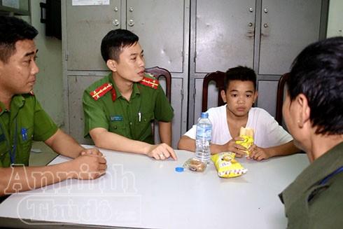 Sau một tháng đi lạc từ Sơn La xuống đến Hà Nội, Giá được các chú Công an phường Hạ Đình đưa về trụ sở chăm sóc để tìm người thân giúp cháu trở về với gia đình