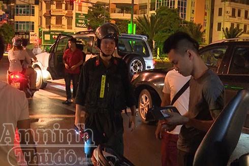 Theo ghi nhận, trong đêm đầu tiên ra quân, 6 tổ công tác do phòng CSHS - CATP Hà Nội chủ công đã kiểm tra 29 đối tượng, tạm giữ 19 phương tiện vi phạm, bàn giao cho Công an các phường xác minh, làm rõ