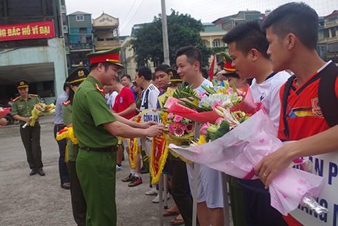 Đại tá Hà Mạnh Hùng - Trưởng CAQ Hoàn Kiếm tặng hoa và cờ lưu niệm cho các đội tham gia thi đấu tại mùa giải năm nay