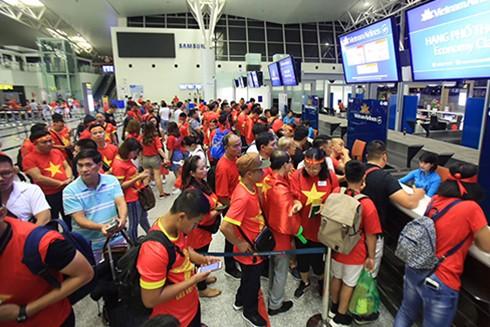 Hàng nghìn cổ động viên Việt Nam làm thủ tục sang Indonesia sáng nay