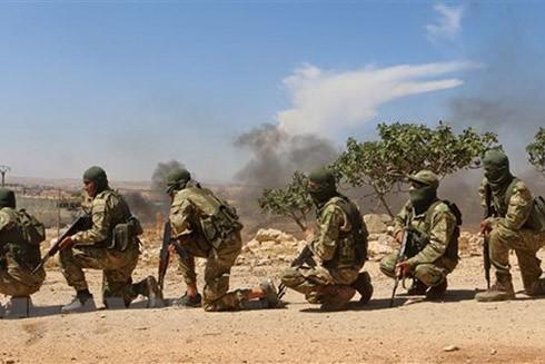 Các tay súng nổi dậy thuộc Mặt trận Giải phóng Quốc gia (NLF) ở Syria trong một buổi huấn luyện ở tỉnh Idlib ngày 11/9. (Ảnh: AFP/TTXVN)