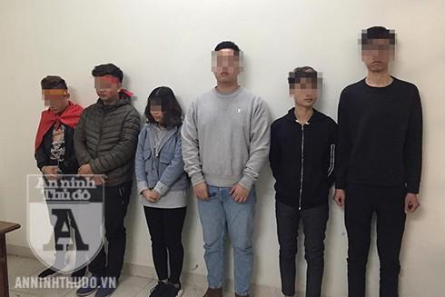 Nhiều thanh niên nam, nữ bị đưa về trụ sở công an các phường vì đốt pháo sáng gây mất TTCC