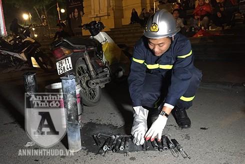 Lực lượng CS PCCC - CAQ Hoàn Kiếm cũng đã thu giữ nhiều vỏ pháo sáng