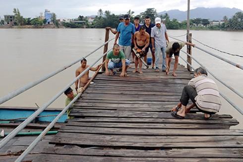 Người dân khắc phục cầu gỗ bị đổ sập