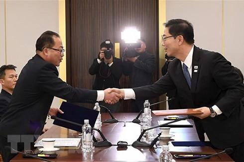 Thứ trưởng Thống nhất Hàn Quốc Chun Hae-Sung (phải) trong cuộc gặp người đồng cấp Triều Tiên Jon Jong-su tại làng đình chiến Panmunjom ở khu phi quân sự giữa hai miền ngày 17/1/2018.