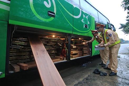 Cơ quan chức năng đã phát hiện số gỗ lậu chất dưới gầm xe khách