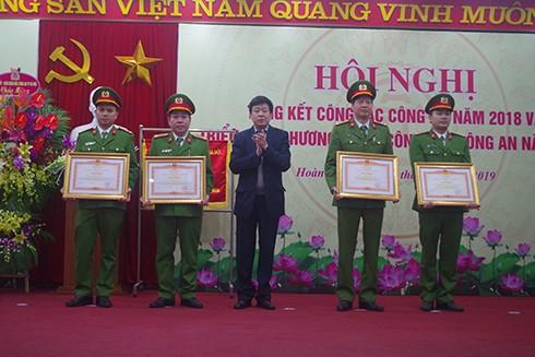 Những bằng khen, giấy khen của các cấp lãnh đạo khen thưởng tập thể, CBCS CAQ Hoàn Kiếm đã phần nào ghi nhận đóng góp của chiến sỹ công an thầm lặng trên trận tuyến bảo vệ an ninh tổ quốc