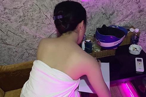 Khi được yêu cầu, nữ nhân viên sẽ cởi áo kích dục phục vụ khách