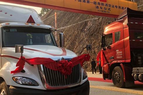 Sau nghi lễ cắt băng khánh thành, những đoàn xe container của hai nước Việt - Trung đã lăn bánh chở những chuyến hàng hoá đầu tiên vượt qua biên giới.