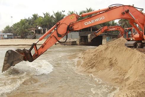 Xử lý một đường cống nước thải chảy ra bãi tắm phía đông bờ biển Đà Nẵng, nơi có các khu nghi dưỡng chủ lục phục vụ du lịch