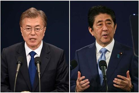 Thủ tướng Nhật Bản Shinzo Abe (phải) và Tổng thống Hàn Quốc Moon Jae-in. (Nguồn: Reuters/AFP).