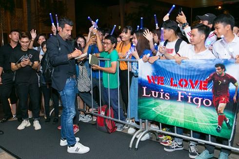 Luis Figo đến Việt Nam lúc nửa đêm nhưng vẫn nhận được sự chào đón của người hâm mộ