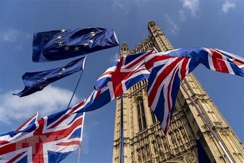 Cờ Anh (phía dưới) và cờ EU (phía trên) tại thủ đô London. (Ảnh: AFP/ TTXVN)
