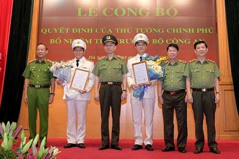 Bộ trưởng Bộ Công an Tô Lâm trao quyết định bổ nhiệm cho hai tân Thứ trưởng Lương Tam Quang và Nguyễn Duy Ngọc