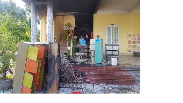 Thời điểm xảy cháy, hơn 100 học sinh và giáo viên khẩn trương sơ tán đến nơi an toàn