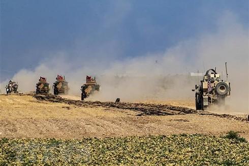 Xe quân sự Mỹ và Thổ Nhĩ Kỳ tuần tra tại làng al-Hashisha, ngoại ô thị trấn Tal Abyad, Syria. (Ảnh: AFP/TTXVN)