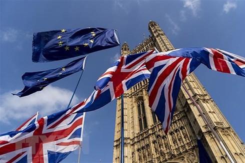 Cờ Anh (phía dưới) và cờ EU (phía trên) tại thủ đô London, Anh. (Ảnh: AFP/TTXVN)