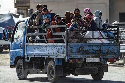 Người dân Syria sơ tán tránh chiến sự tại thị trấn Ras al-Ain ngày 15-10-2019. (Nguồn: AFP/TTXVN)