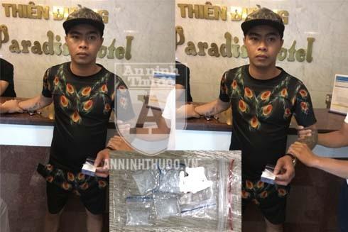 Đào Huy Việt bị bắt quả tang trên tay đang cầm túi nilon bên trong chứa 4 gói nhỏ ma túy dạng methamphetamine