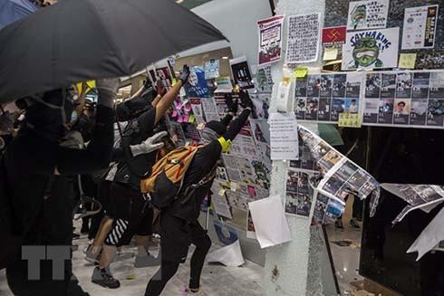 Người biểu tình quá khích phá hoại tại một trung tâm thương mại ở Sha Tin, Hong Kong. (Nguồn: AFP/TTXVN)
