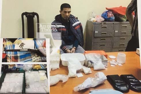 """Từ lời khai của Hỷ, cảnh sát đã bắt giữ """"đầu sỏ"""" chuyên bán lẻ ma túy là Nguyễn Cảnh Chính, thu giữ hơn 0,5kg ma túy cùng 1 khẩu súng và 9 viên đạn"""