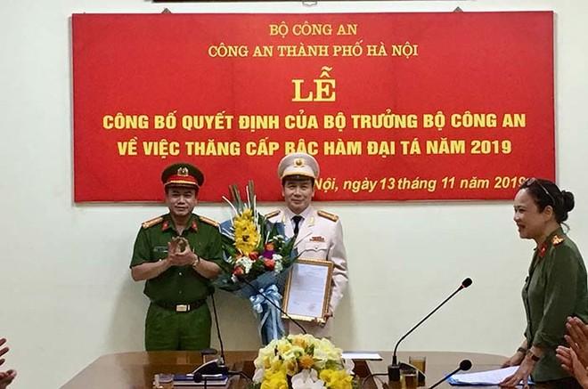 Đại tá Nguyễn Thanh Tùng trao Quyết định của Bộ trưởng Bộ Công an về việc thăng cấp bậc hàm Đại tá cho đồng chí Nguyễn Bình - Trưởng phòng CSHS - CATP Hà Nội