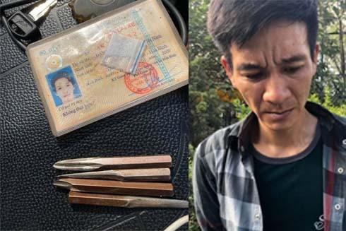 Cảnh sát thu giữ trong người của Đức 4 vam phá khóa và 1 gói nilon chứa ma túy dạng đá