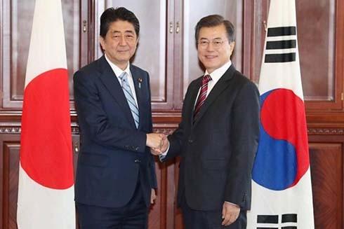 Tổng thống Hàn Quốc Moon Jae-in (phải) và Thủ tướng Nhật Bản Shinzo Abe. (Nguồn: EPA)