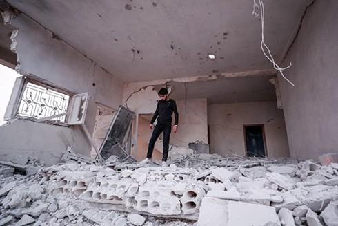 Hiện trường đổ nát sau một vụ không kích tại làng al-Haraki, tỉnh Idlib của Syria