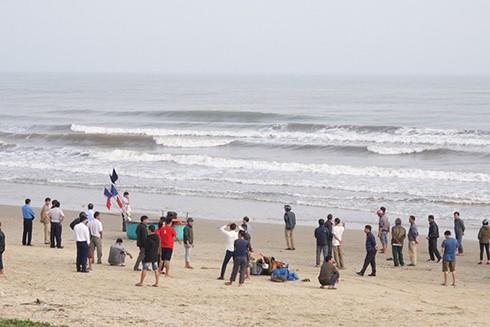 Do sóng biển mạnh nên hai học sinh đã bị cuốn trôi