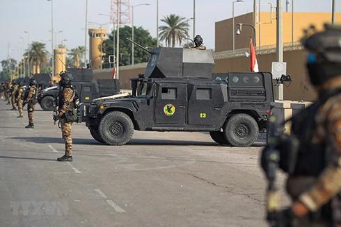 Lực lượng chống khủng bố Iraq gác bên ngoài Đại sứ quán Mỹ tại thủ đô Baghdad ngày 2-1 vừa qua. (Ảnh: AFP/TTXVN)
