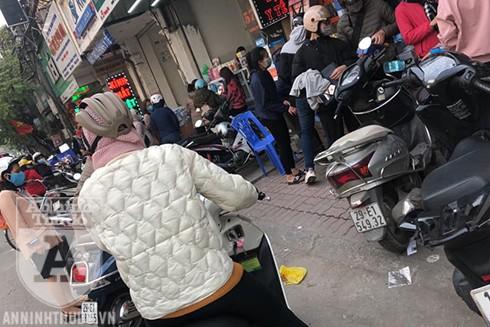 Người dân đổ xô đi mua khẩu trang y tế tại phố Phương Mai, quận Đống Đa, Hà Nội