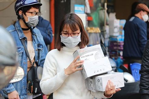 Người dân thu mua, tích trữ khẩu trang y tế trước dịch bệnh viêm phổi cấp do chủng virus Corona mới gây ra