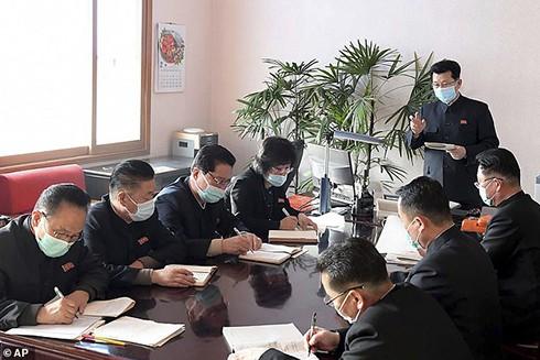 Thủ tướng Triều Tiên Kim Jae Ryon (đứng) tổ chức cuộc họp tại trụ sở phòng chống bệnh dịch ở Bình Nhưỡng