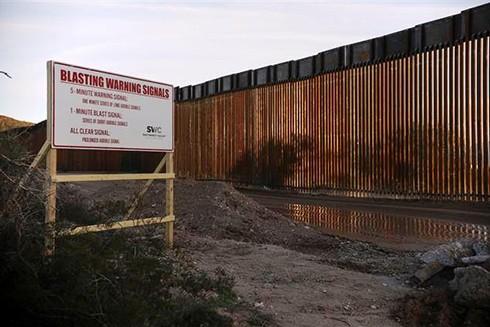 Bức tường biên giới Mỹ - Mexico tại Ajo, Arizona, Mỹ, ngày 13-2. Ảnh: AFP/ TTXVN