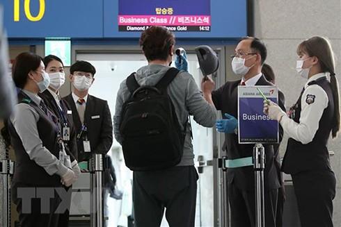 Hành khách trở về Mỹ được kiểm tra thân nhiệt nhằm ngăn chặn sự lây lan của dịch Covid-19 tại sân bay quốc tế Incheon, Hàn Quốc.