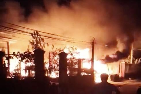 Xưởng phế liệu bốc cháy dữ dội