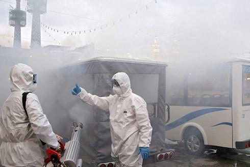 Nhân viên y tế phun thuốc khử trùng tại Iran. (Nguồn: Reuters)