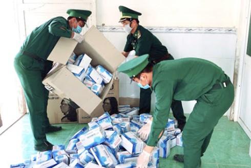 Đối tượng đã bỏ chạy, vứt lại 10.000 khẩu trang y tế đang trên đường vận chuyển từ Việt Nam sang Campuchia