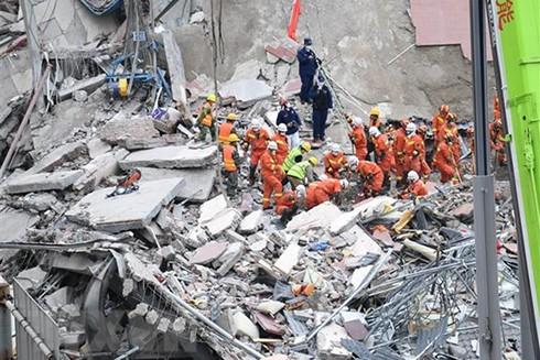 Nhân viên cứu hộ nỗ lực tìm kiếm các nạn nhân trong vụ sập khách sạn ở Tuyền Châu, tỉnh Phúc Kiến, Trung Quốc, ngày 8-3. (Ảnh: THX/TTXVN)