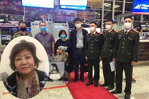 Sáng 10-3, tại sân bay quốc tế Nội Bài, Công an quận Cầu Giấy đã phối hợp với các đơn vị chức năng có liên quan bàn giao Lee Jongwoon cho cảnh sát quốc gia Hàn Quốc