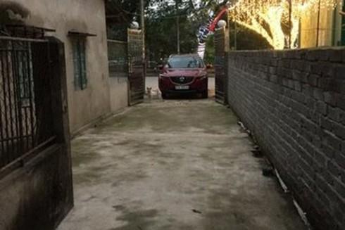 Bị xe của khách ở quán trà chanh chặn hết lối đi vào nhà, ông Nam định sang nói chuyện thì bị chủ quán trà chanh cùng nhân viên và người nhà đánh gây thương tích