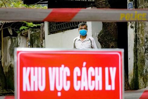 Lực lượng chức năng cách ly khu vực sinh sống của ca nhiễm COVID-19 tại ngõ 165 Cầu Giấy, Hà Nội