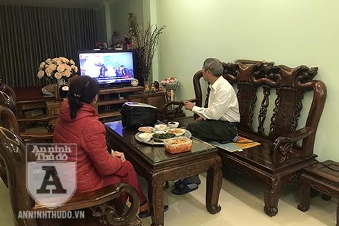 Bữa cơm gia đình của hai vợ chồng bác sĩ Đặng Minh Vụ bị bỏ dở khi thời sự trên tivi phát bản tin về đại dịch Covid-19