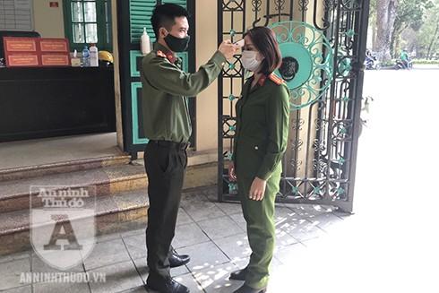 Các cán bộ chiến sĩ cũng được yêu cầu thực hiện nghiêm việc đo thân nhiệt và khử khuẩn