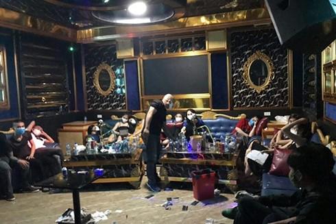 """Cảnh sát phát hiện 73 nam nữ thanh niên """"bay, lắc"""" trong khách sạn Việt Lào"""