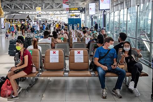 Người dân đeo khẩu trang phòng lây nhiễm Covid-19 tại sân bay Suvarnabhumi ở Bangkok, Thái Lan