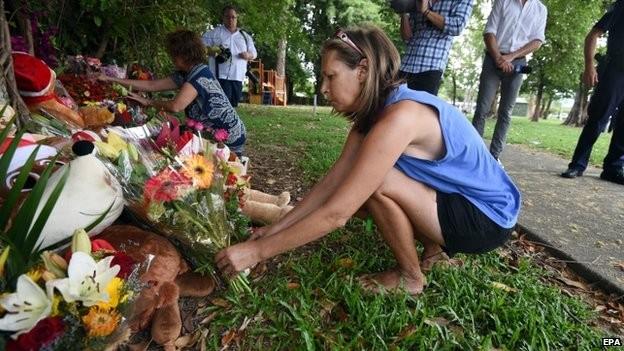 Nhiều người đến đặt hoa tưởng niệm các em
