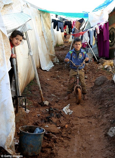 Cuộc sống ngập ngụa trong bùn của người tị nạn Syria ảnh 9